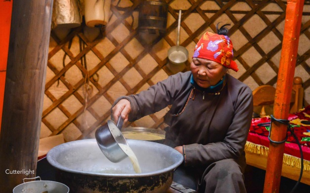 mongolia-woman-pouring-milk-n